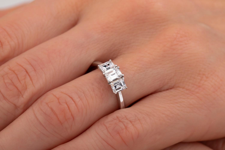 Drei-Steine Ring/Verlobungsring für Dame in 18kt Weißgold mit 3 Smaragd Schliff Diamanten-img1