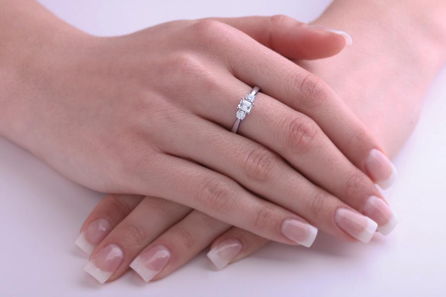 Inel de Logodna cu 3 Diamante Dama Aur Alb 18kt cu un Diamant Central Forma Smarald si 2 Diamante Rotund Briliant-img1