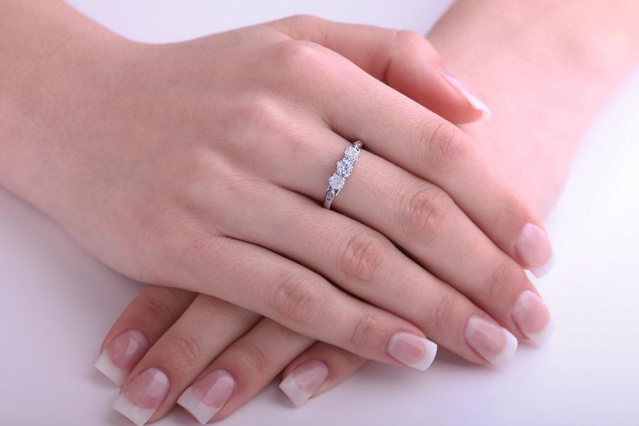 Inel de logodna Aur Alb, 18kt cu 3 Diamante Rotund Briliant si 4 Diamante mici-img1