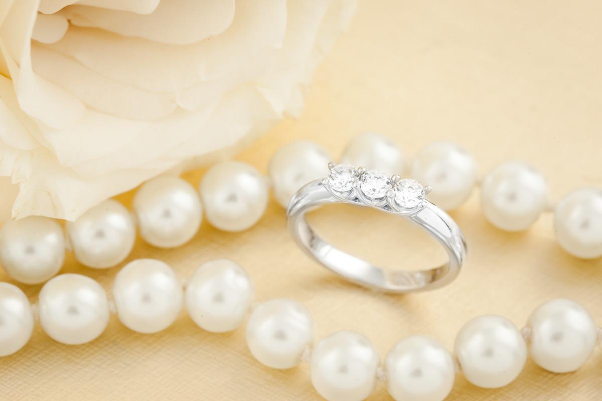 Inel de logodna/Inel cu 3 Diamante Dama Aur Alb 18kt cu 3 Diamante Rotund Briliant Setate cu Gheare-img1