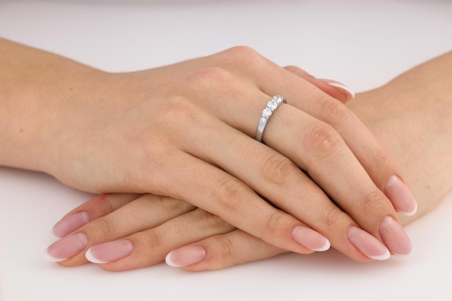 Inel de Logodna cu 3 Diamante Dama Aur Alb 18kt cu 3 Diamante Rotund Briliant in Setare Bara-img1