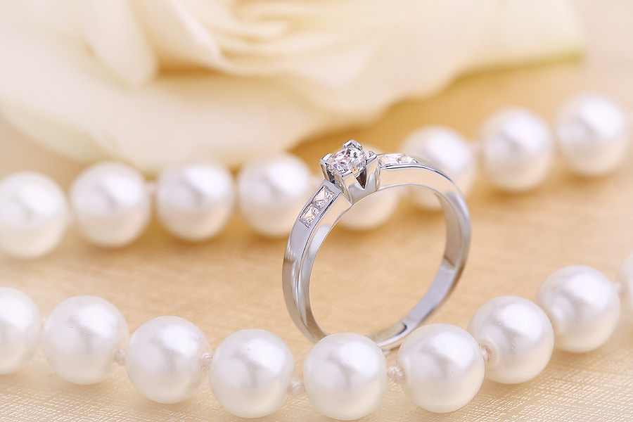 Solitär Verlobungsring mit Schultern/Multi-Stein Verlobungsring für Dame in 18kt Weißgold mit Princess Schliff Diamanten-img1
