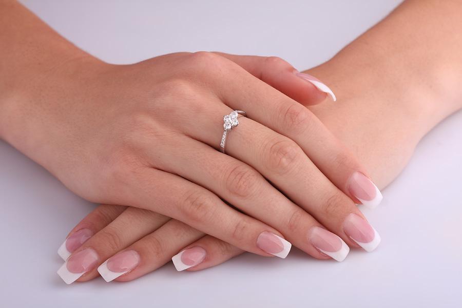 Cocktail Ring mit Diamanten für Dame in 18kt Weißgold mit 4 runden Brillanten und mit kleinen Diamanten auf den Schultern-img1