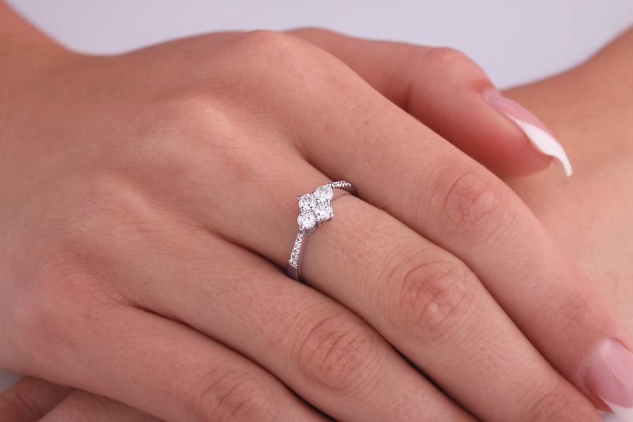 Inel Cocktail/Inel de Logodna cu Diamante Dama Platina cu 4 Diamante Rotund Briliant si Diamante Mici pe Lateral-img1