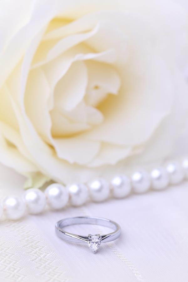 Solitär Verlobungsring für Dame in 18kt Weißgold mit einem Tropfen-Schliff Diamanten-img1