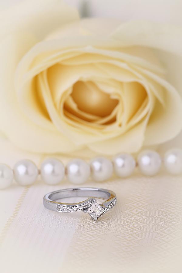 Inel de Logodna Solitaire cu Diamante Mici pe Lateral Dama Aur Alb 18kt cu Diamant Princess in Centru si Diamante Rotund Briliant pe Banda Inelului-img1