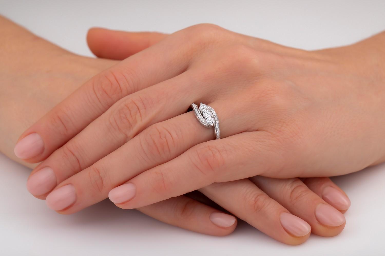 Drei-Steine Ring/Verlobungsring für Dame in 18kt Weißgold mit 3 zentralen runden Brillanten und Schultern mit runden Brillanten-img1