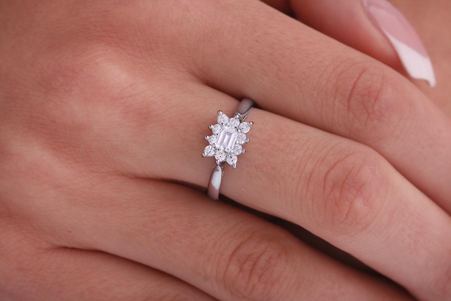 Inel Cocktail/Inel de Logodna cu Diamante Dama Platina cu un Diamant Forma Smarald si Diamante Rotunde Briliant-img1