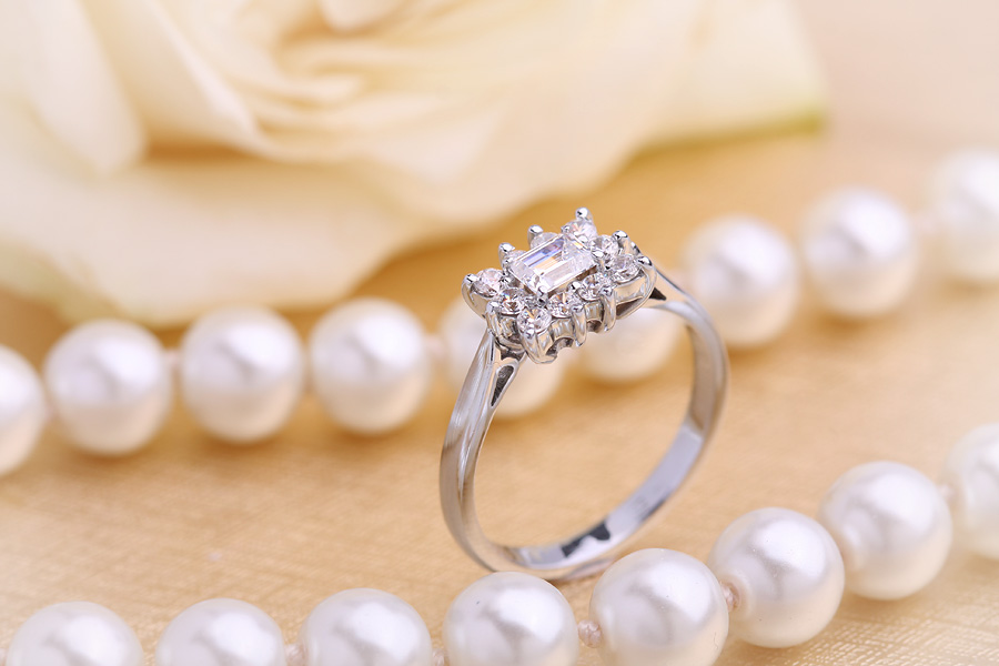 Cocktail Ring mit Diamanten für Dame in 18kt Weißgold mit einem zentralen Smaragd Schliff Diamanten und runden Brillanten-img1