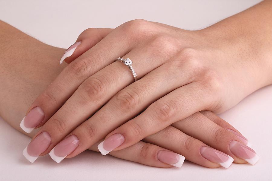 Inel de Logodna Solitaire cu Diamante Mici pe Lateral Dama Aur Alb 18kt cu un Diamant Forma Inima si Diamante Rotund Briliant-img1