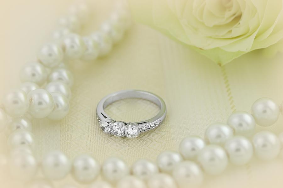 Drei-Steine Verlobungsring mit Schultern für Dame in Platin mit 3 runden Brillanten in der Mitte und Brillanten auf den Schultern-img1