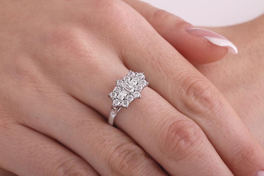 Cocktail Ring mit Diamanten/Verlobungsring im Cluster Stil für Dame in 18kt Weißgold mit Baguette und runden Brillant Schliff Diamanten Cluster Ring-img1