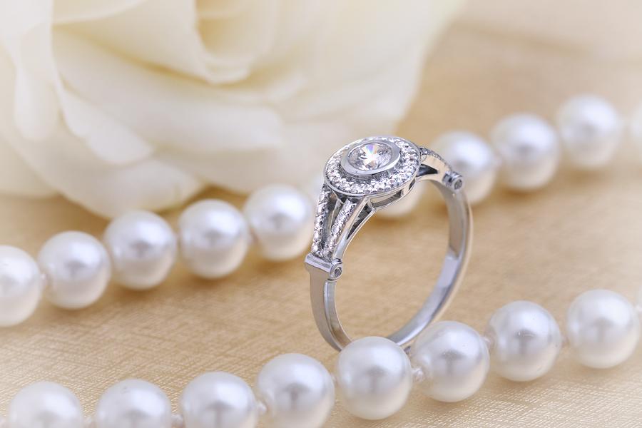 Inel de Logodna Solitaire cu Diamante Mici pe Lateral Dama Platina cu Diamant Central Rotund Briliant in Setare Rub Over si Diamante Mici Rotund Briliant in Jur-img1