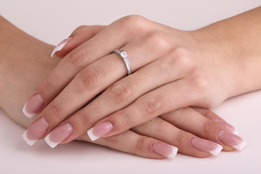 Solitär Verlobungsring mit Schultern für Dame in 18kt Weißgold mit einem runden Brillanten in Balkenfassung und Brillanten auf den Schultern-img1
