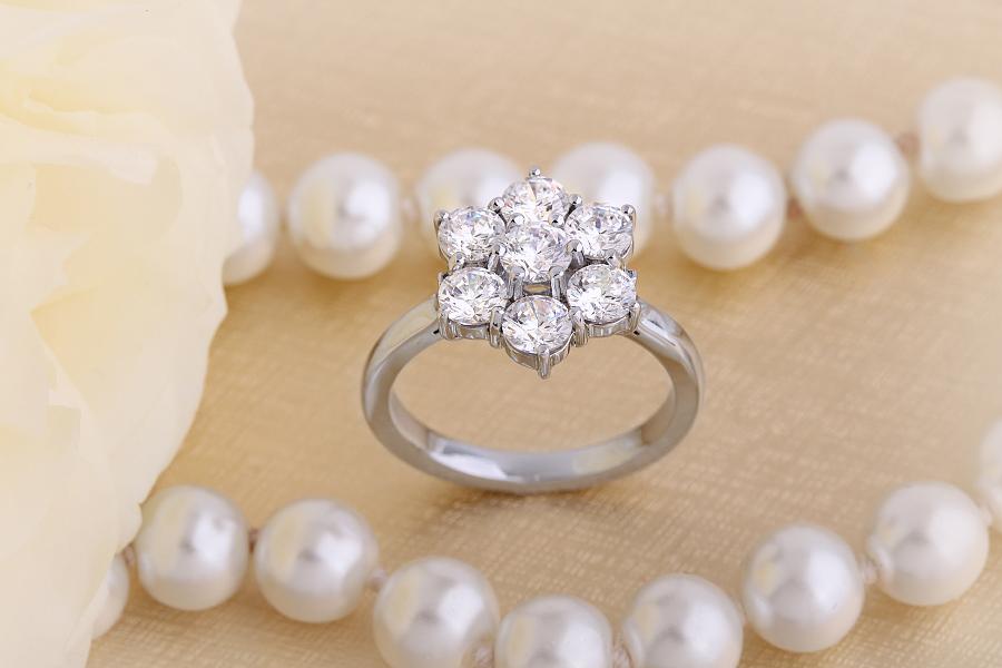 Cocktail Ring mit Diamanten/Verlobungsring im Cluster Stil für Dame in 18kt Weißgold mit 7 runden Brillanten-img1