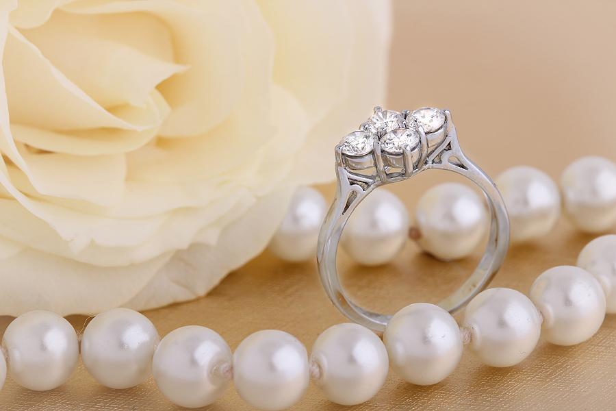 Cocktail Ring mit Diamanten/Verlobungsring im Cluster Stil für Dame in 18kt Weißgold mit 4 runden Brillanten-img1