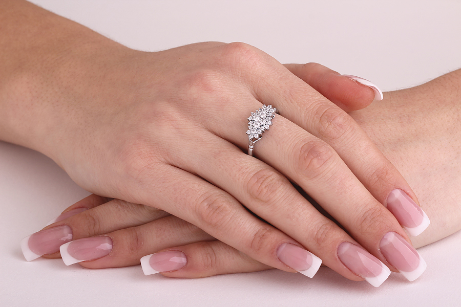 Cocktail Ring mit Diamanten/Verlobungsring im Cluster Stil für Dame in 18kt Weißgold mit runden Brillanten-img1