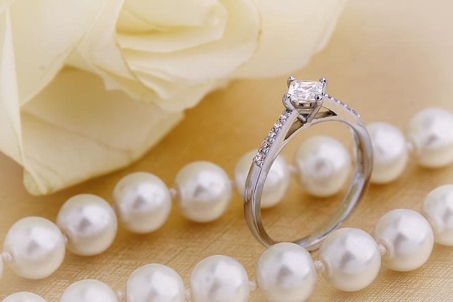 Inel de Logodna Solitaire cu Diamante Mici pe Lateral Dama Aur Alb 18kt cu un Diamant Princess Setat Oblic si Diamante Rotunde pe Lateral-img1