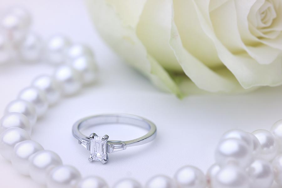 Inel de Logodna Solitaire cu Diamante Mici pe Lateral Dama Aur Alb 18kt cu un Diamant Forma Smarald si Diamante Bagheta pe Lateral-img1
