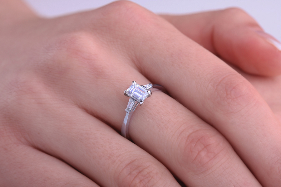 Solitär Verlobungsring mit Schultern für Dame in 18kt Weißgold mit einem Smaragd-Schliff Diamanten in der Mitte und Baguette Schulter-img1