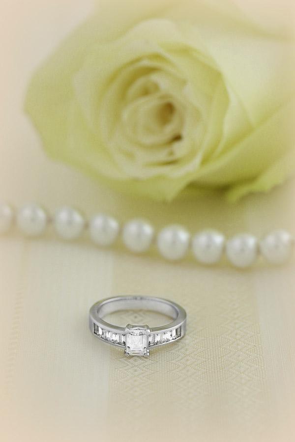 Solitär Verlobungsring mit Schultern für Dame in Platin mit einem zentralen Smaragd-Schliff Diamanten und Baguette Schultern-img1