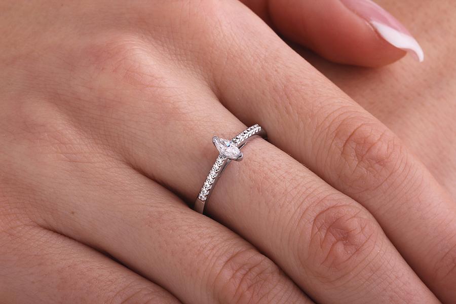 Inel de Logodna Solitaire cu Diamante Mici pe Lateral Dama Aur Alb 18kt cu un Diamant Marchiza si Diamante Rotunde Briliant-img1