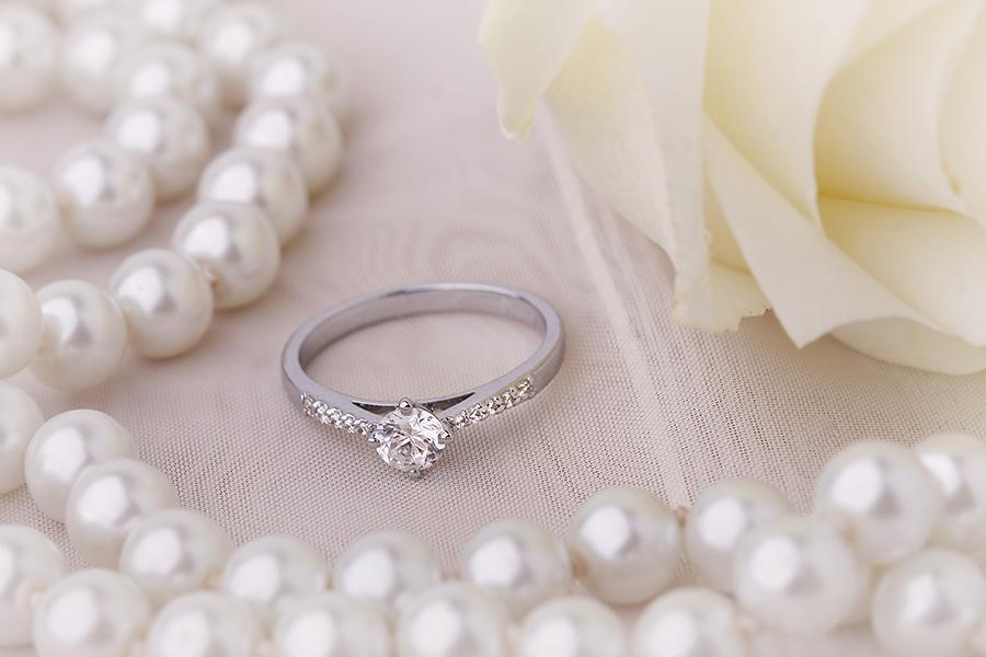 Inel de Logodna Solitaire cu Diamante Mici pe Lateral Dama Aur Alb 18kt cu Diamante Rotunde In Setare Gheare-img1