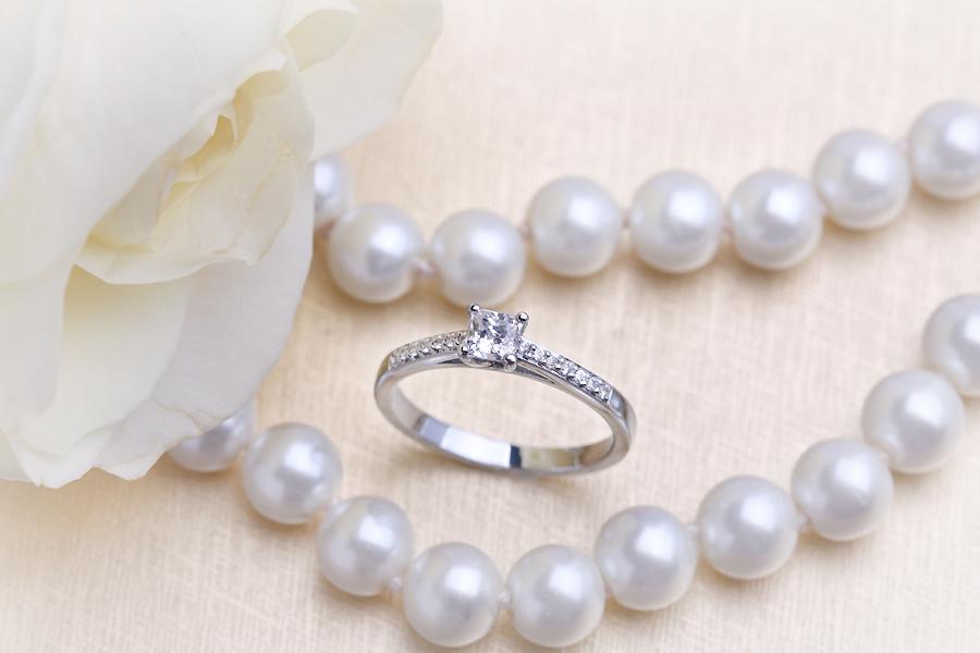Solitär Verlobungsring mit Schultern für Dame in 18kt Weißgold mit einem Princess Schliff Diamanten und runden Brillanten auf den Schultern-img1