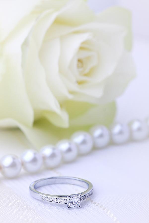 Inel de Logodna Solitaire cu Diamante Mici pe Lateral Dama Aur Alb 18kt cu Diamante Forma Princess & Rotund Briliant in Setare cu Gheare-img1