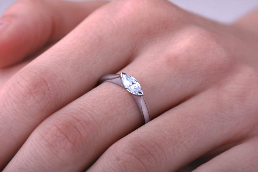 Solitär Verlobungsring für Dame in 18kt Weißgold mit einem Marquise Diamanten horizontal ausgerichtet-img1