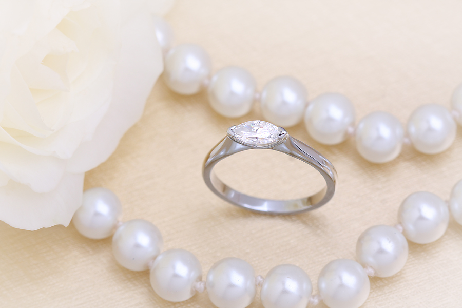Inel de Logodna Solitaire Dama Aur Alb 18kt cu un Diamant Forma Marchiza Asezat Orizontal-img1