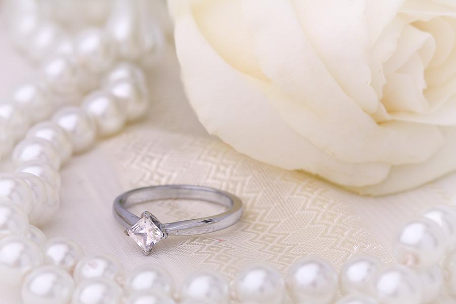 Inel de Logodna Solitaire Dama Aur Alb 18kt cu un Diamant Princess Setat Oblic Fixat la Varfuri-img1