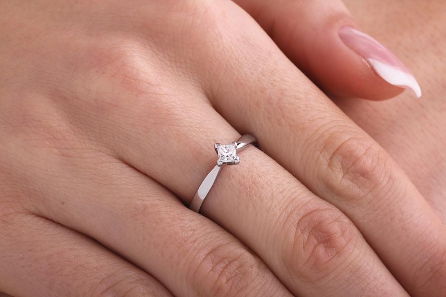 Inel de Logodna Solitaire Dama Platina cu un Diamant Princess Setat Oblic Fixat la Varfuri-img1