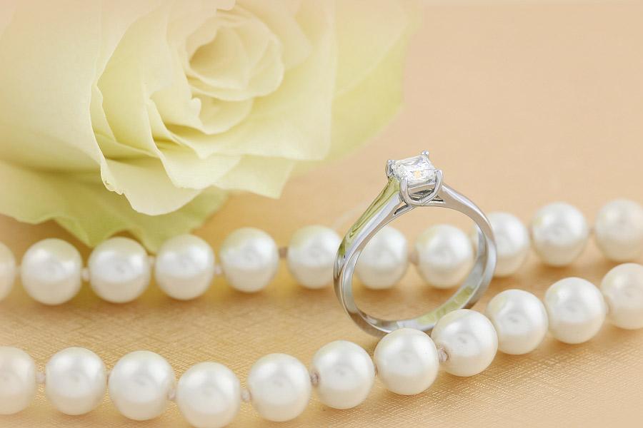 Inel de Logodna Solitaire Dama Platina cu Diamant Princess in Setare cu Gheare-img1