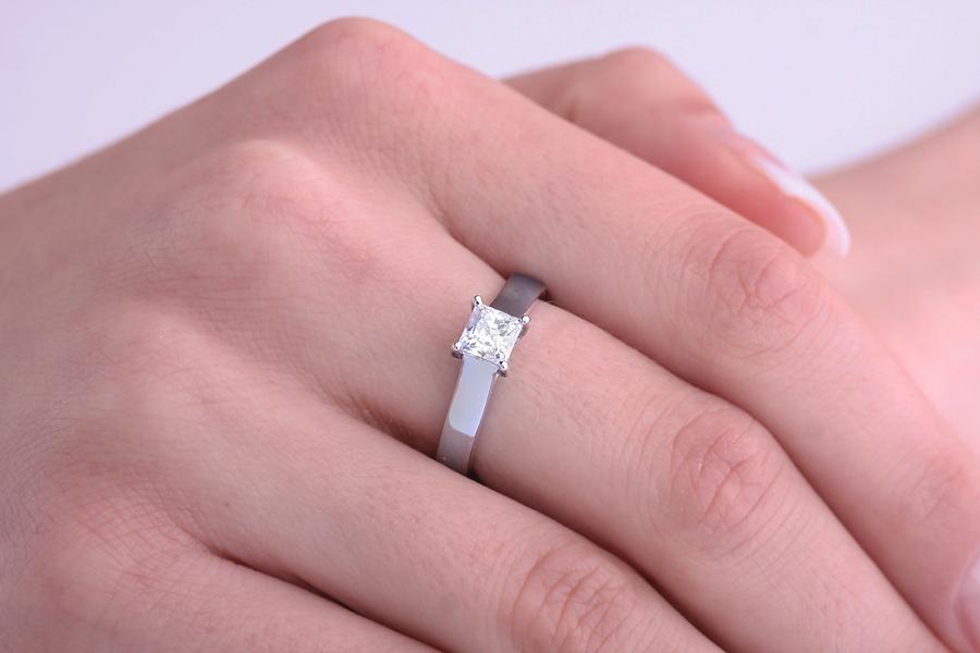 Inel de Logodna Solitaire Dama Aur Alb 18kt cu Diamant Princess in Setare cu Gheare-img1