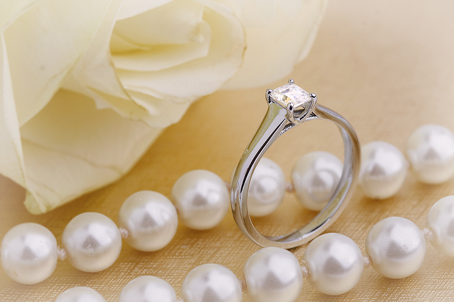 Inel de Logodna Solitaire Dama Aur Alb 18kt cu un Diamant Forma Smarald in Setare 4-Gheare-img1