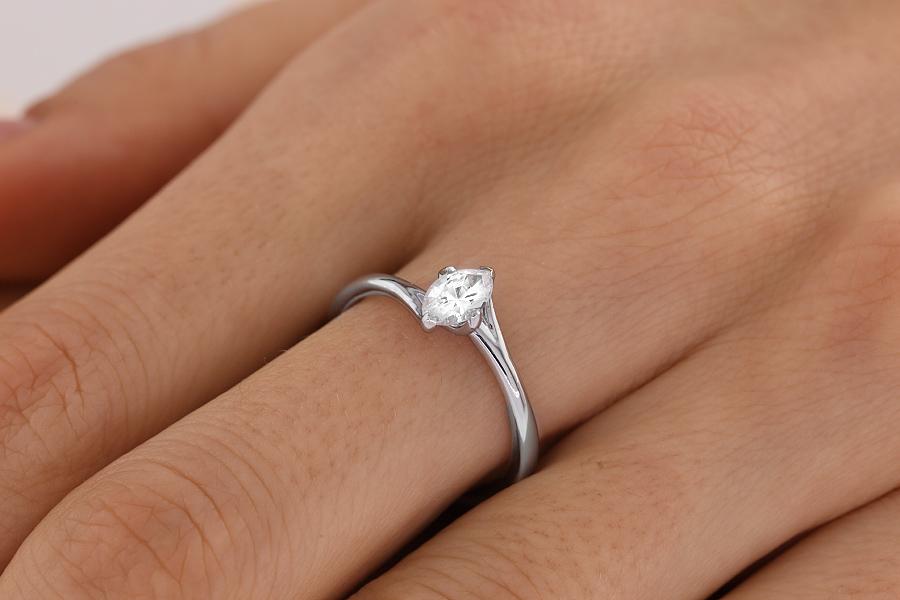 Inel de Logodna Solitaire Dama Aur Alb 18kt cu un Diamant Forma Marchiza, Stil Rasucit-img1