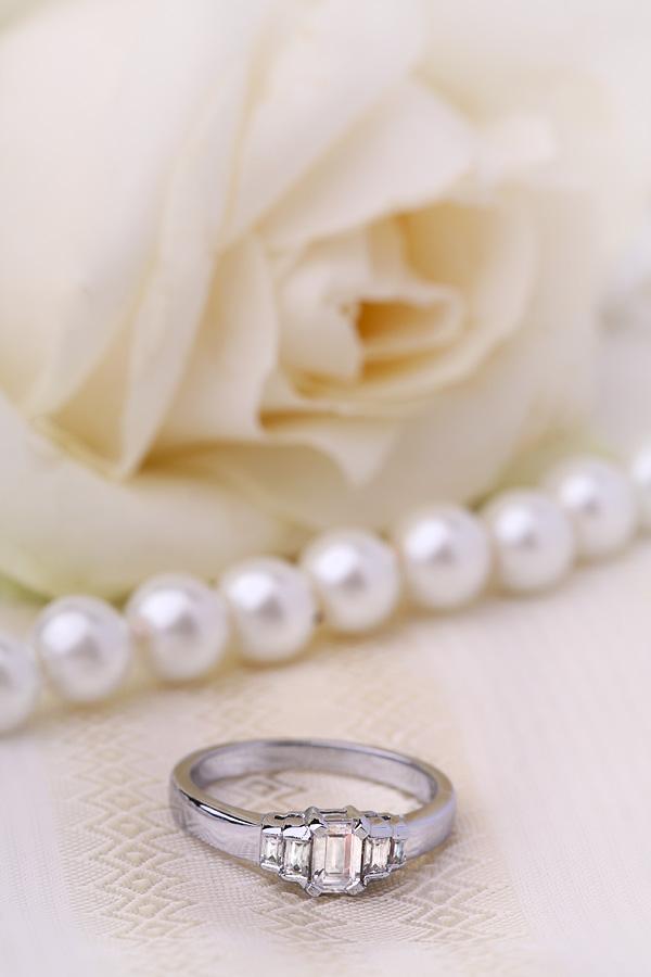 Art Deco Ring mit Diamanten für Dame in 18kt Weißgold mit Smaragd Schliff zentralem Diamanten und Baguette Schultern-img1
