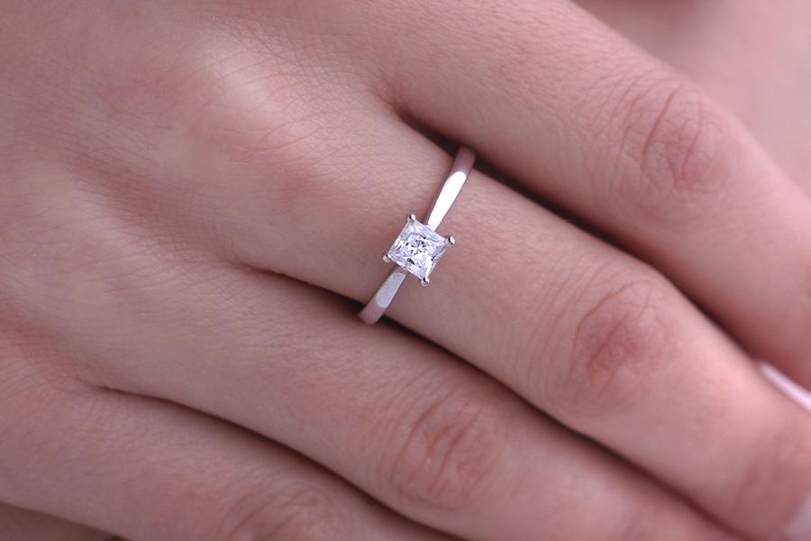 Inel de Logodna Solitaire Dama Aur Alb 18kt cu un Diamant Taietura Patrata Princess-img1