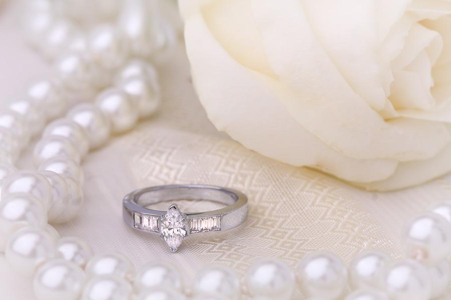 Inel Cocktail Cu Diamante Dama Aur Alb 18kt cu un Diamant Marchiza si Diamante Bagheta pe Margini-img1