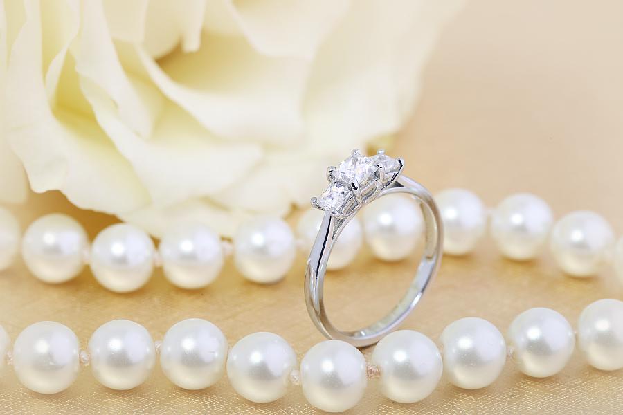 Inel de Logodna cu 3 Diamante Dama Aur Alb 18kt cu 3 Diamante Princess in Setare Gheare-img1
