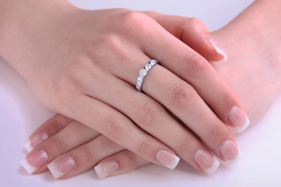 Inel de Logodna cu 3 Diamante Dama Aur Alb 18kt cu 3 Diamante Rotund Briliant in Setare Bara si 2 Diamante in Setare Rub-Over-img1