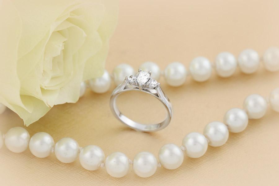 RD484W - Inel aur alb 18kt cu diamant central forma de para, cu diamant rotund brilliant pe fiecare parte, in setare gheare-img1