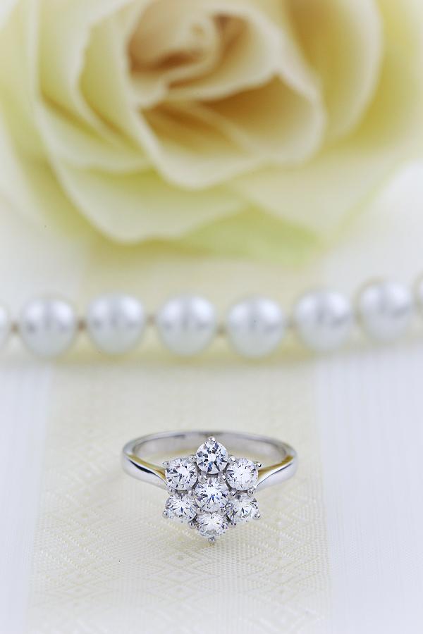 Verlobungsring im Cluster Stil für Dame in 18kt Weißgold mit 7 runden Brillanten in Krappenfassung-img1