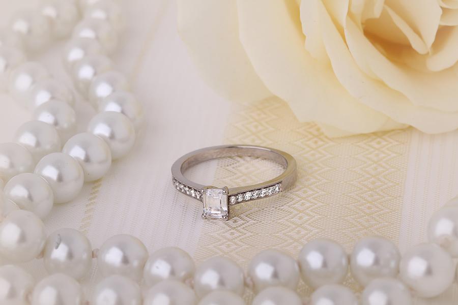 Solitär Verlobungsring mit Schultern für Dame in 18kt Weißgold mit einem Smaragd-Schliff Diamanten und 7 Brillanten auf beiden Schultern-img1