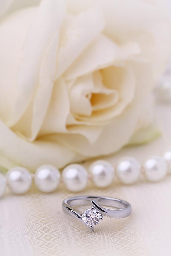 Inel de Logodna Solitaire Dama Aur Alb 18kt cu un Diamant Rotund Briliant in Setare cu 4 Gheare, Stil Rasucit-img1