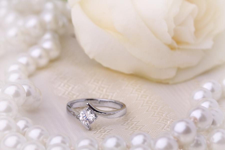 Solitär Verlobungsring für Dame in 18kt Weißgold mit rundem Brillanten in Krappenfassung-img1