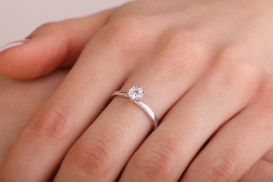 Inel de Logodna Solitaire Dama Aur Alb 18kt cu Diamant Rotund Briliant in Setare 6-Gheare, Stil Rasucit-img1