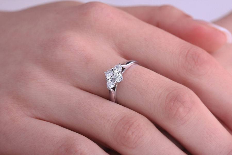Inel de Logodna Cluster cu Mai Multe Diamante Dama Aur Alb 18kt cu 4 Diamante Rotund Briliant in Setare Gheare-img1