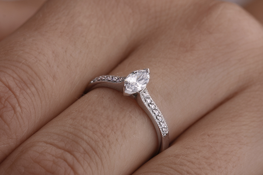 Solitär Verlobungsring mit Schultern für Dame in 18kt Weißgold mit einem Marquise Schliff Diamanten und 7 Brillanten auf beiden Schultern-img1